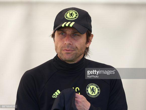 O treinador Antonio Conte está em lua-de-mel com a torcida do Chelsea, pois logo em sua primeira temporada à frente do time, já venceu a Premier League.