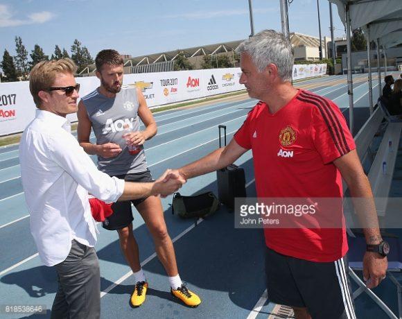 O treinador José Mourinho cumprimenta o ex-piloto de Fórmula 1, Nico Rosberg, durante uma sessão de treinos do Manchester United nos EUA.