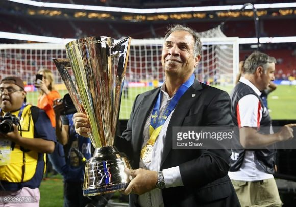 O treinador Bruce Arena, exibe com orgulho o título da Copa Ouro 2017. A meta dos norte-americanos agora, é garantir uma vaga na Copa do Mundo da Rússia.