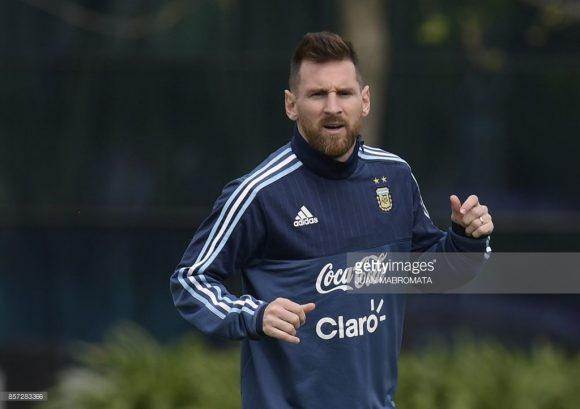 O desempenho de Lionel Messi na seleção da Argentina jamais foi o mesmo do Barcelona. No entanto, o que mais incomoda os argentinos é o estilo frio do craque, que deve mudar na inflamada La Bambonera.