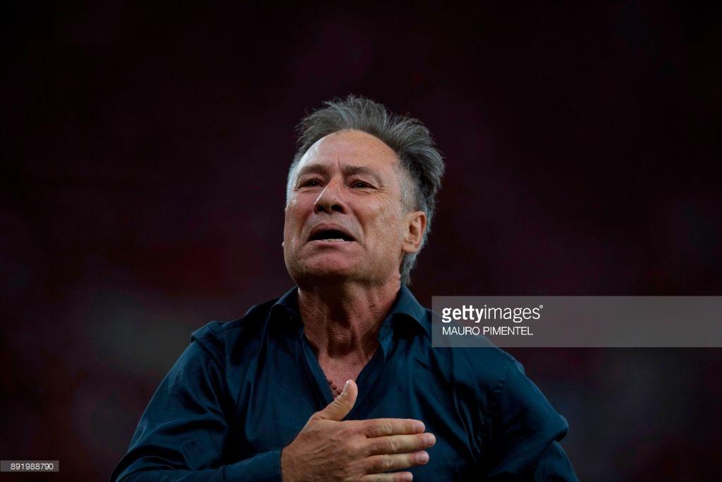 O ex-treinador de hóquei sobre a grama, Ariel Holan, ergueu seu primeiro troféu como técnico de futebol, justamente pelo seu clube de coração, o Independiente.