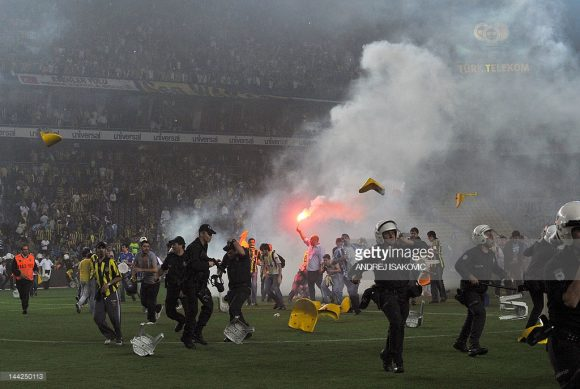 A rivalidade entre Fenerbahce, o time do povo, e Galatasaray, a equipe da elite, transcende as quatro linhas. Aspectos políticos e culturais também fazem o Dérbi Intercontinental pegar fogo fora de campo.