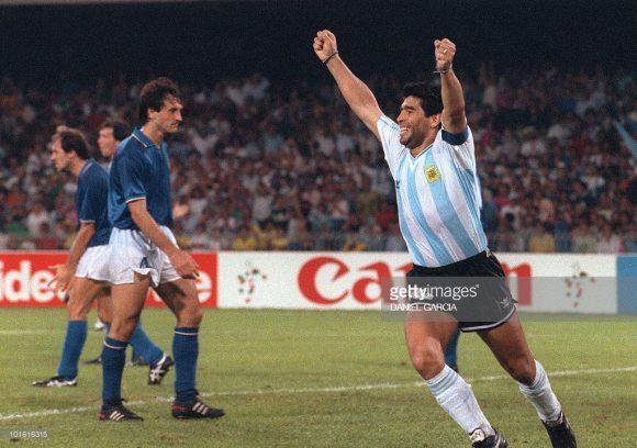 O último confronto entre Argentina e Itália em Copas do Mundo, terminou com a vitória dos argentinos nos pênaltis, nas semifinais do Mundial da Itália 1990, no estádio San Paolo.