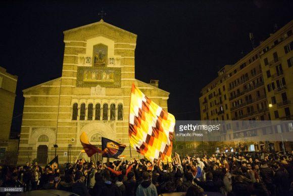Torcedores giallorossis festejaram a classificação da Roma às semifinais da Champions League na Praça Santa Maria, até altas horas da madrugada desta quarta-feira.
