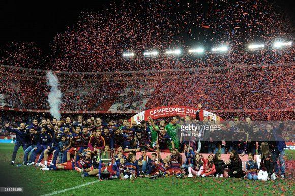 Curiosamente, o último embate entre Barcelona e Sevilla pela Copa do Rei, foi justamente pela final do torneio, e detalhe, também foi disputado no estádio do Atlético Madrid, que na época era o Vicente Calderón. Naquela partida, o Barça venceu por 2 a 0, e fez a festa na capital espanhola.