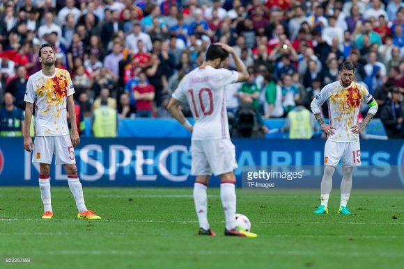 Apesar da excelente campanha nas Eliminatórias, a Espanha decepcionou tanto na Copa do Mundo de 2014 quanto na Eurocopa 2016.