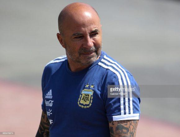 O treinador Jorge Sampaoli estava prestes a perder o emprego, mas o gol de Marcos Rojo prolongou a permanência dele no comando da Albiceleste. A relação do treinador com os jogadores é a pior possível.