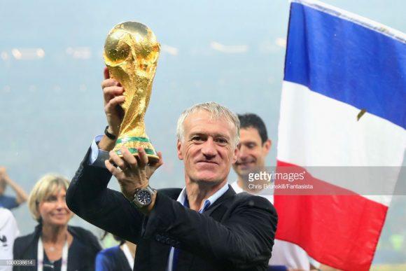 Didier Deschamps entrou para o seleto roll de jogadores que venceram a Copa do Mundo tanto dentro coomo fora das quatro linhas, igualando-se a Zagallo e Franz Beckenbauer.