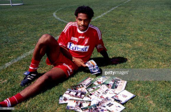 Na foto acima, Thierry Henry então com 20 anos de idade, apareceu como uma das grandes revelações do futebol mundial, justamente atuando pelo Mônaco.