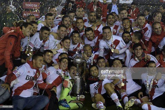 O River Plate já ergueu a taça da Copa Libertadores em quatro oportunidades. A última delas, foi em 2015, quando o time era comandado por Marcelo Gallardo.