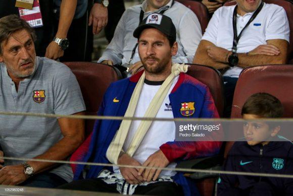 Com o braço direito quebrado, Lionel Messi, artilheiro do Barcelona na La Liga, acompanhou a vitória se deus companheiros sobre a Inter na última quarta-feira.
