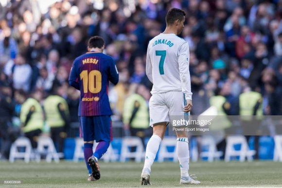 Triste informação: o El Clásico deste domingo não terá em campo os craques Lionel Messi e Cristiano Ronaldo, dado que o argentino está lesionado enquanto o português transferiu-se à Juventus.