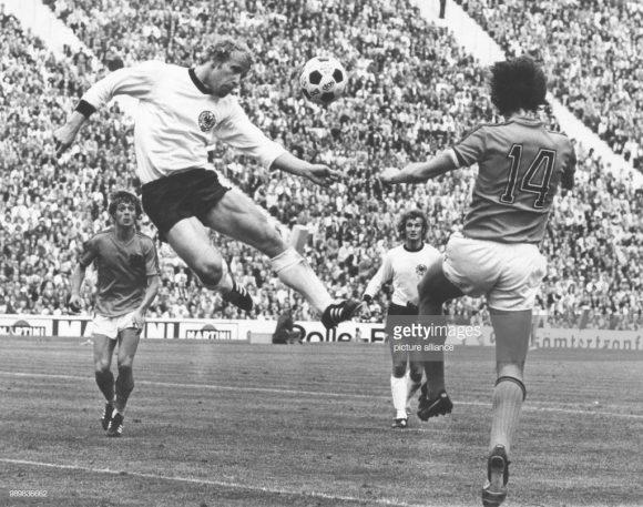 Holandeses e alemães já decidiram até uma final de Copa do Mundo. Trata-se do Mundial de 1974, que teve a Alemanha como campeã e a Holanda como vice (2 x 1).