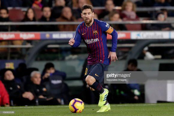 Após sair de campo sentindo dores musculares na coxa no último domingo, Lionel Messi dificilmente enfrentará o Real Madrid. Curiosamente, o craque argentino também não disputou El Clásico anterior por conta de uma lesão.