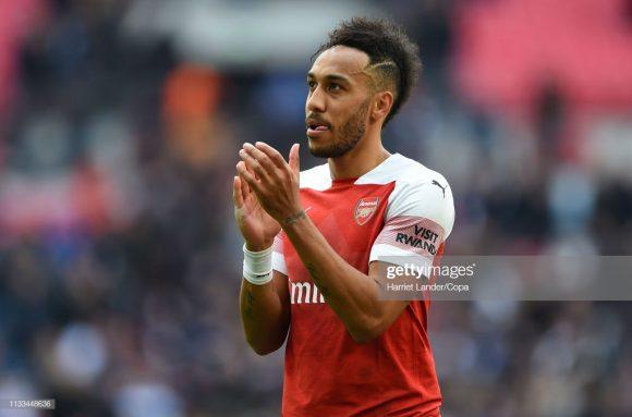 Artilheiro do Arsenal na Premier League com 16 gols, o gabonês Pierre-Emerick Aubameyang iniciará o confronto contra deste domingo no banco de reservas.