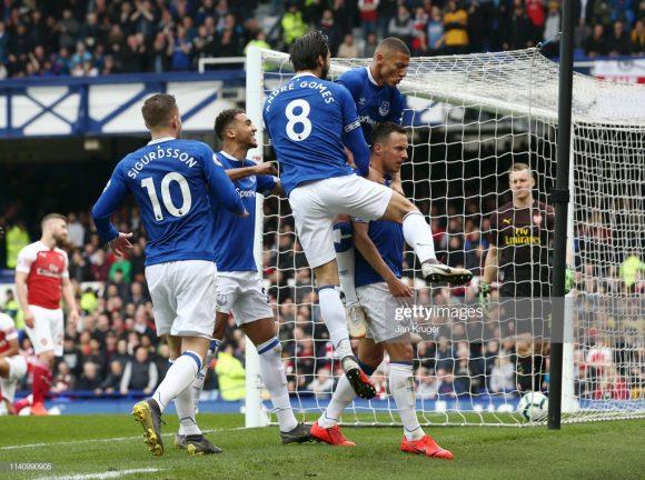 A derrota frente o Everton (1 x 0) no último domingo, fez com que o Arsenal caísse da terceira para a quinta posição da Premier League.