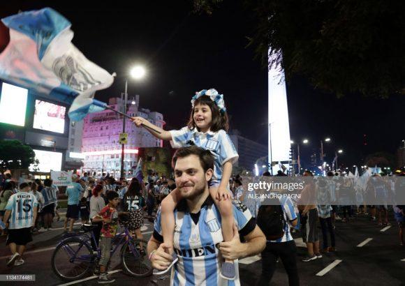 Milhares de torcedores comemoraram no Obelisco, ponto turístico no centro de Buenos Aires, o título do Racing.