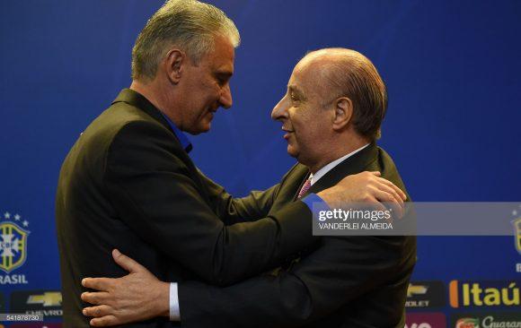 Antes, crítico ferrenho da CBF, Tite aceitou o convite da entidade para comandar a Seleção Brasileira, e logo na sua apresentação, deu um beijo no ex-presidente, Marco Polo Del Nero.