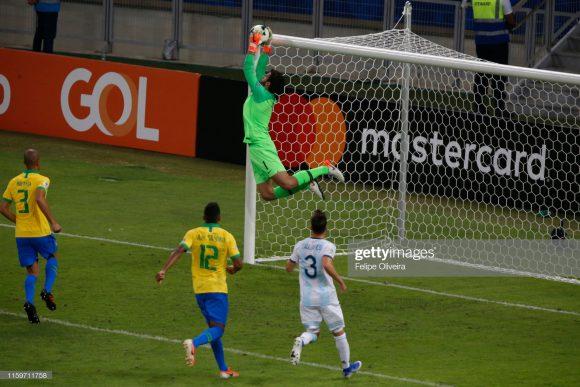 Alisson é um dos maiores destaques da Seleção Brasileira na atualidade. Não à toa, o goleiro do Liverpool defende um jejum de 810 minutos sem sofrer gols (9 jogos), considerando partidas pelo Liverpool e pelo Brasil.