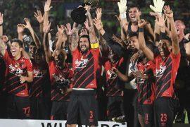 Jogadores do Athlético-PR comemoram com troféu da Copa Levain