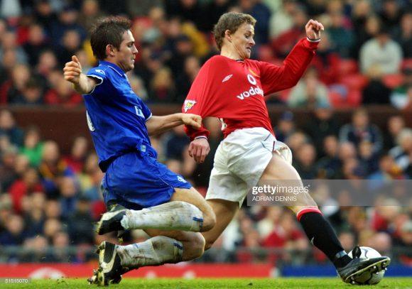 Frank Lampard e Ole Gunnar Solskjaer, os treinadores de Chelsea e Manchester United, em ação na época em que ainda eram rivais dentro das quatro linhas.