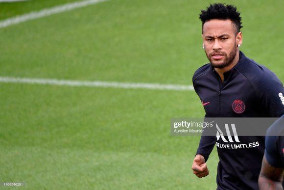 Enquanto a situação de Neymar não é definida, o atleta segue sem jogar. Ele apenas treina diariamente para manter a forma física.