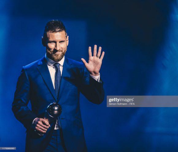 Em meio à turbulência vivida pelo Barça, o craque Lionel Messi faturou pela sexta vez na história, o prêmio de melhor jogador do mundo, dado pela FIFA.