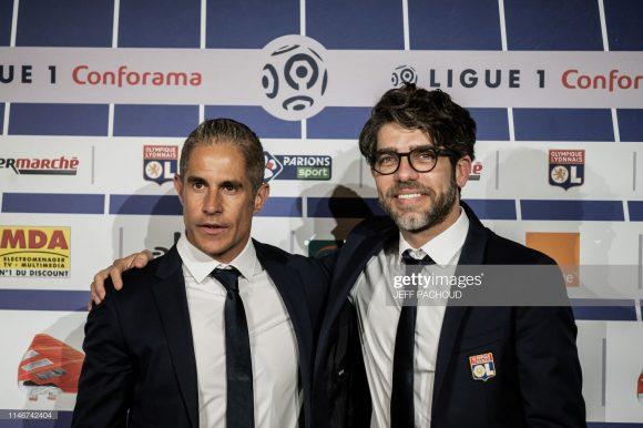 O responsável por escolher Sylvinho para comandar o Lyon, foi o diretor do clube, Juninho Pernambucano. Deste modo, o eterno ídolo dos leoninos é o maior culpado pela péssima fase vivida pela equipe no momento.