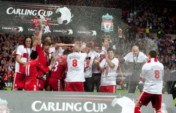 O Liverpool é o maior ganhador da Copa da Liga Inglesa com 8 títulos conquista, enquanto o Arsenal ergueu o caneco do torneio apenas duas vezes ao longo da história.