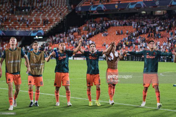 Invicto até aqui na temporada, o Ajax bateu o Valência em pleno Mestalla por 3 a 0, lembrando que na temporada passada, Real Madrid, Juventus e Tottenham também saíram de campo derrotados pelo time holandês atuando em seus domínios.