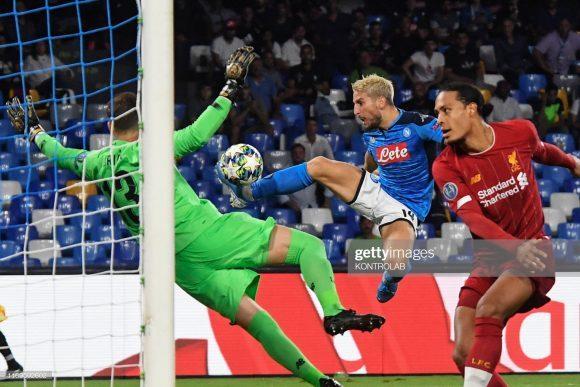 Com gols de Dries Mertens e Fernando Llorente, aos 37 e 47 minutos da segunda etapa, respectivamente, o Napoli venceu o Liverpool por 2 a 0 na estreia das equipes pela Champions League em Nápoles.
