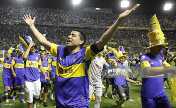Campeão da Libertadores em 2000, 2001 e 2007 pelo Boca Juniors, Juan Román Riquelme é considerado um verdadeiro Deus pelos torcedores xeneizes.
