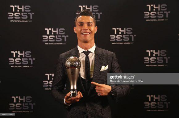 Eleito cinco vezes o melhor jogador do mundo pela FIFA, o craque Cristiano Ronaldo corre em busca de sua sexta bola de ouro.