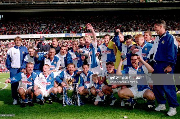 Blackburn Rovers, campeão inglês em 1995, atuava no 4-4-2 (Flowers; Berg, Hendry, Pearce e Le Saux; Ripley, Atkins, Sherwood e Wilcox; Sutton e Shearer).